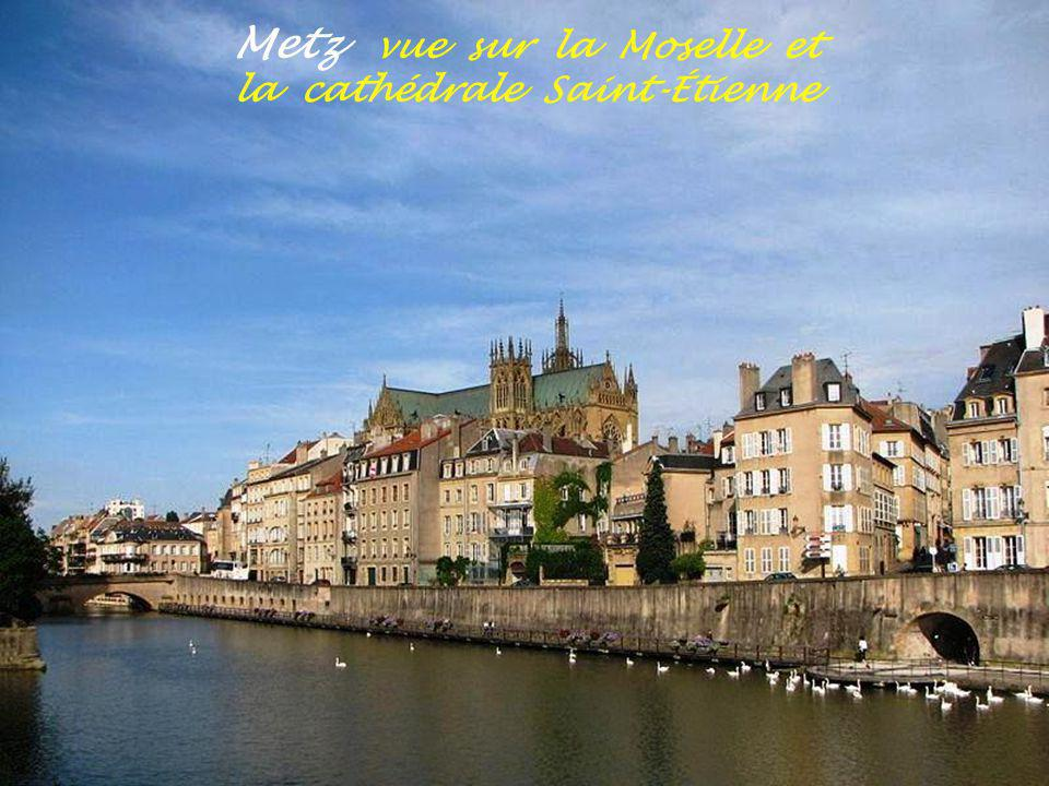 Metz vue sur la Moselle et la cathédrale Saint-Étienne