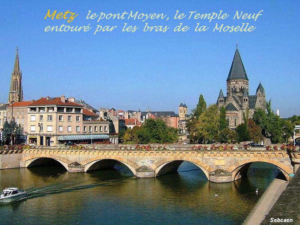 Metz le pont Moyen , le Temple Neuf entouré par les bras de la Moselle
