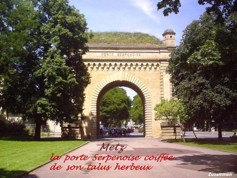 Metz la porte Serpenoise coiffée de son talus herbeux