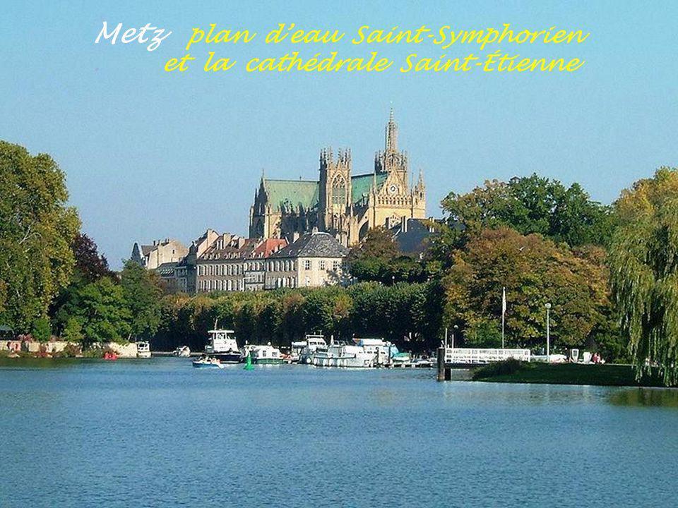 Metz plan d'eau Saint-Symphorien . et la cathédrale Saint-Étienne