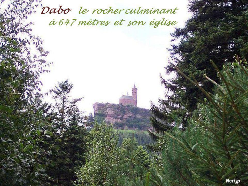 Dabo le rocher culminant . à 647 mètres et son église