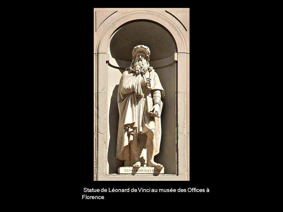 Statue de Léonard de Vinci au musée des Offices à Florence