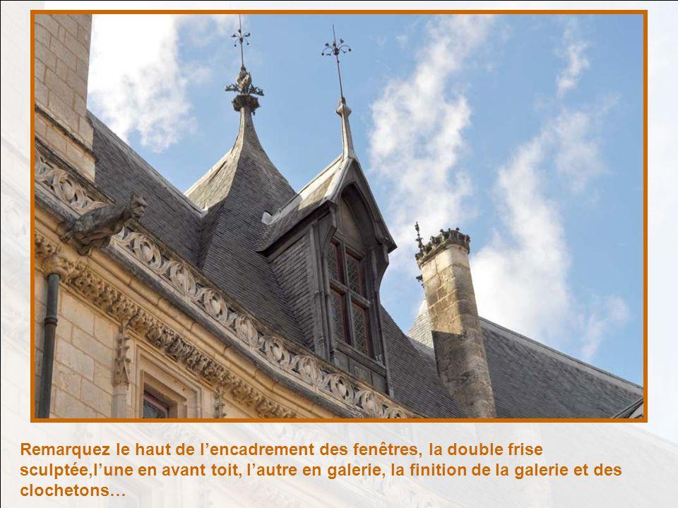 Remarquez le haut de l'encadrement des fenêtres, la double frise sculptée,l'une en avant toit, l'autre en galerie, la finition de la galerie et des clochetons…