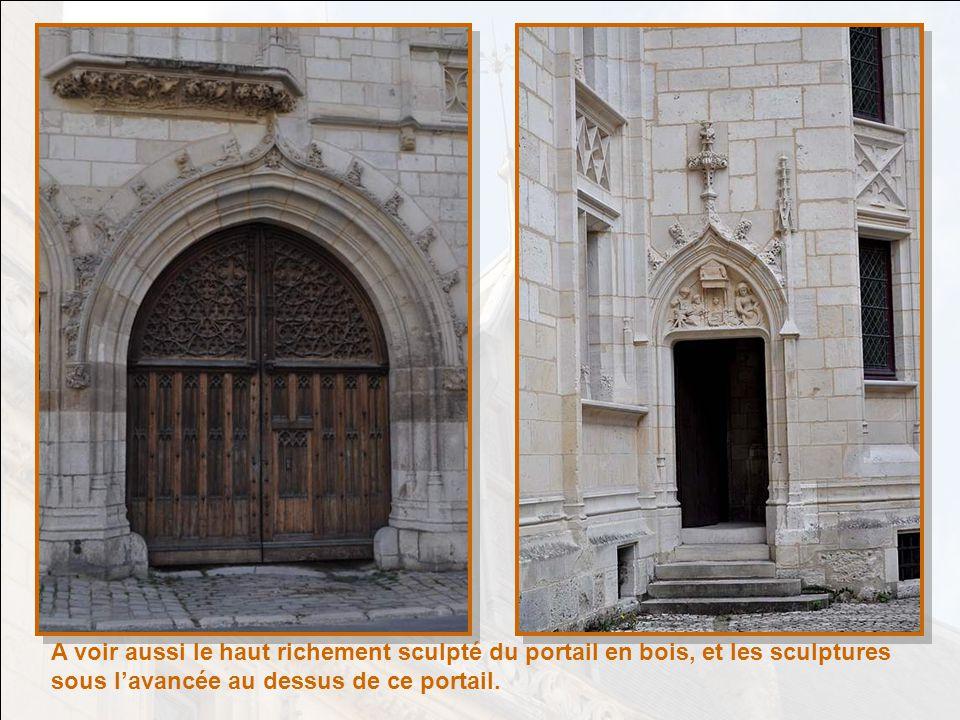 A voir aussi le haut richement sculpté du portail en bois, et les sculptures sous l'avancée au dessus de ce portail.