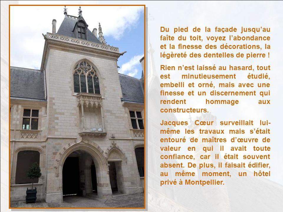 Du pied de la façade jusqu'au faîte du toit, voyez l'abondance et la finesse des décorations, la légèreté des dentelles de pierre !