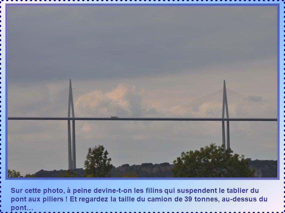 Sur cette photo, à peine devine-t-on les filins qui suspendent le tablier du pont aux piliers .