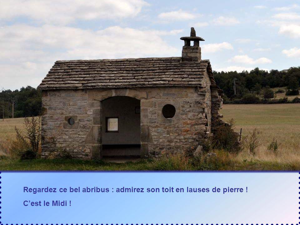 Regardez ce bel abribus : admirez son toit en lauses de pierre !
