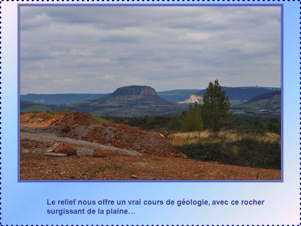 Le relief nous offre un vrai cours de géologie, avec ce rocher surgissant de la plaine…