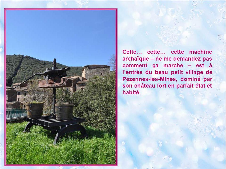 Cette… cette… cette machine archaïque – ne me demandez pas comment ça marche – est à l'entrée du beau petit village de Pézennes-les-Mines, dominé par son château fort en parfait état et habité.