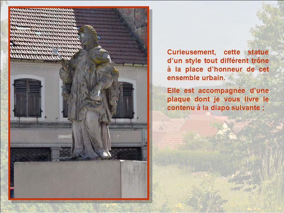 Curieusement, cette statue d'un style tout différent trône à la place d'honneur de cet ensemble urbain.