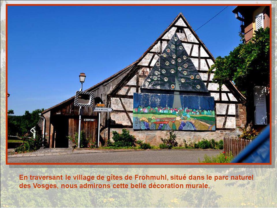 En traversant le village de gîtes de Frohmuhl, situé dans le parc naturel des Vosges, nous admirons cette belle décoration murale.
