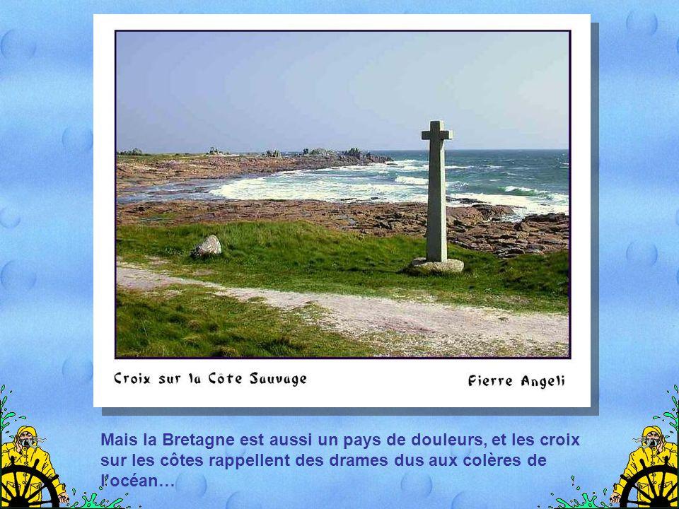 Mais la Bretagne est aussi un pays de douleurs, et les croix sur les côtes rappellent des drames dus aux colères de l océan…