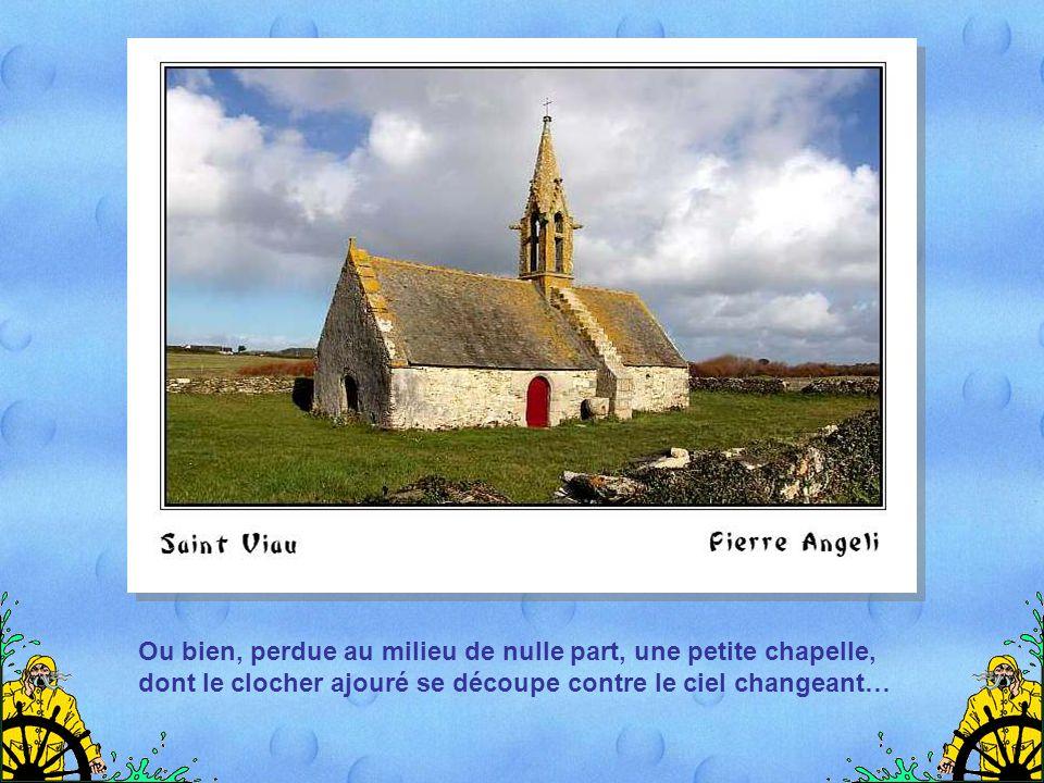 Ou bien, perdue au milieu de nulle part, une petite chapelle, dont le clocher ajouré se découpe contre le ciel changeant…