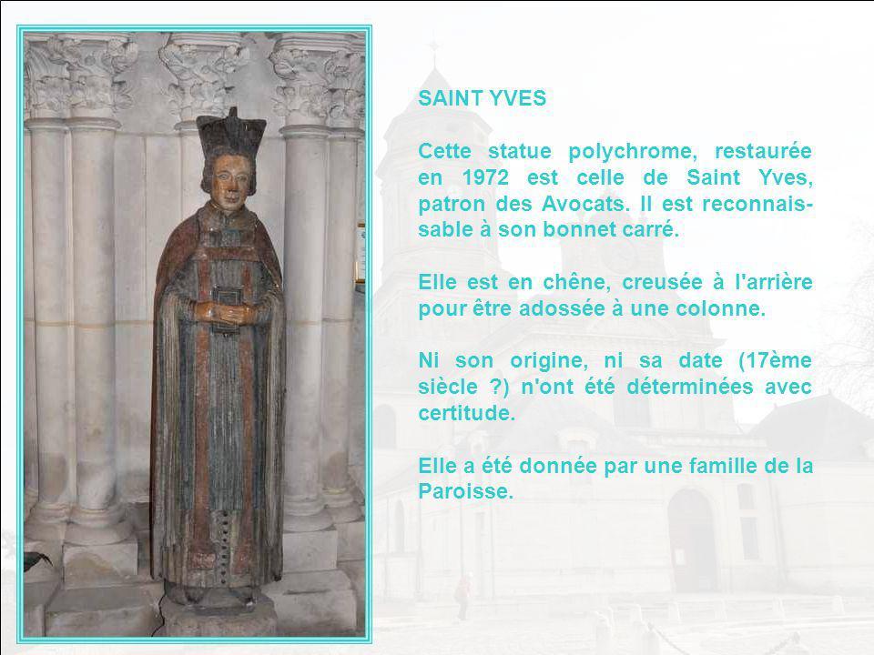 SAINT YVES Cette statue polychrome, restaurée en 1972 est celle de Saint Yves, patron des Avocats. Il est reconnais-sable à son bonnet carré.