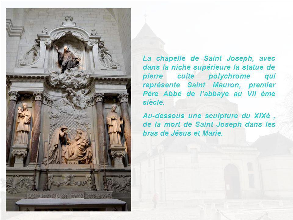 La chapelle de Saint Joseph, avec dans la niche supérieure la statue de pierre cuite polychrome qui représente Saint Mauron, premier Père Abbé de l'abbaye au VII ème siècle.