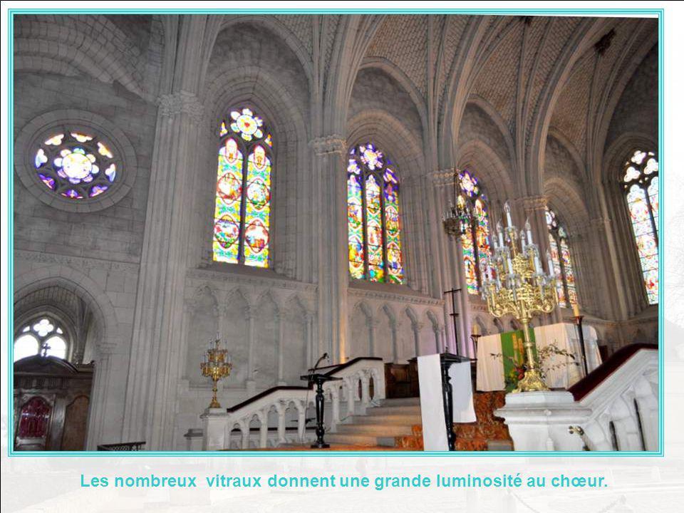 Les nombreux vitraux donnent une grande luminosité au chœur.