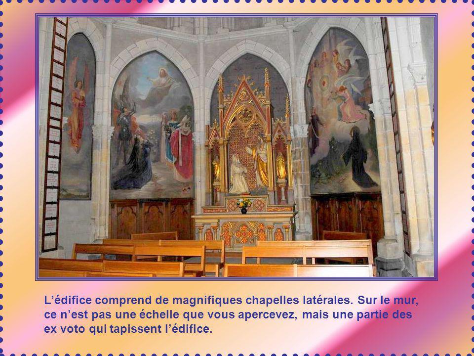 L'édifice comprend de magnifiques chapelles latérales