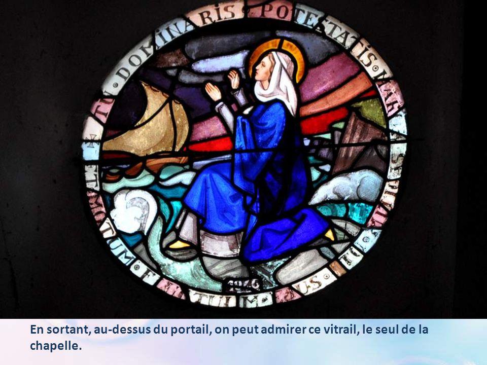 En sortant, au-dessus du portail, on peut admirer ce vitrail, le seul de la chapelle.