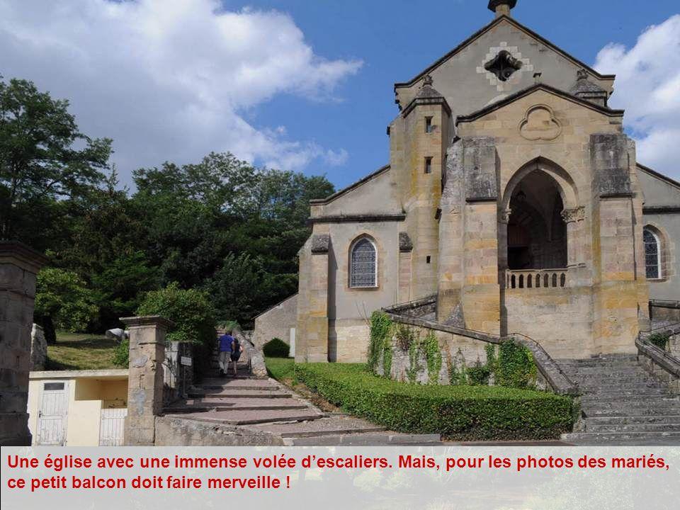 Une église avec une immense volée d'escaliers