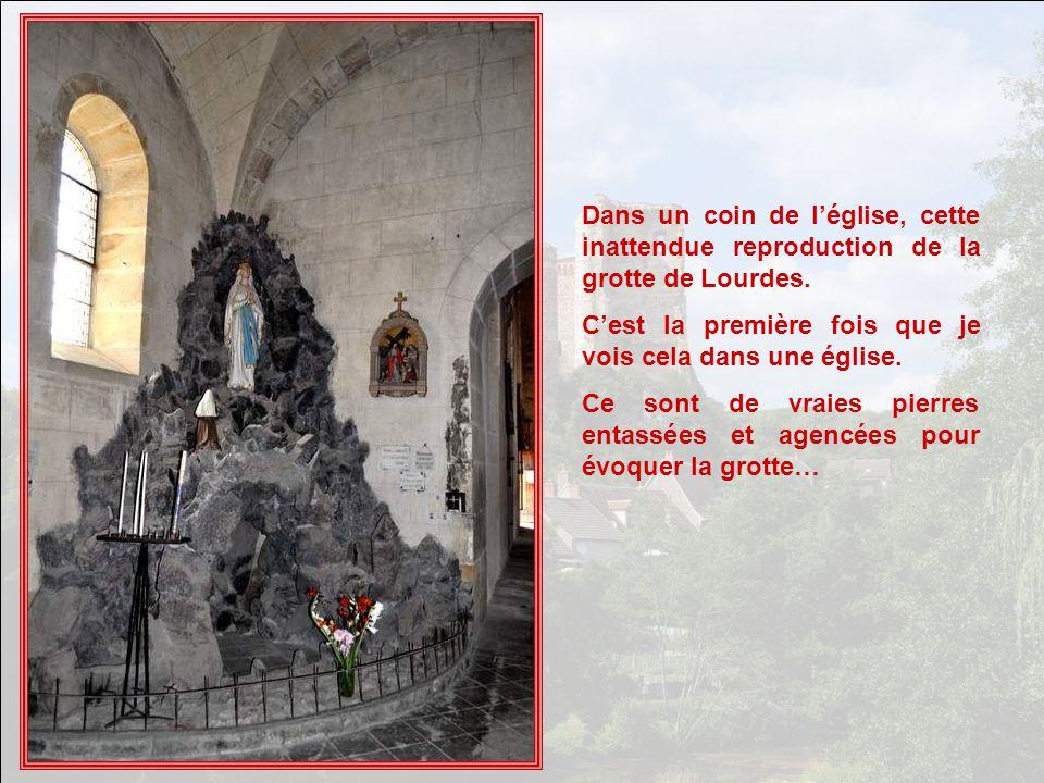 Dans un coin de l'église, cette inattendue reproduction de la grotte de Lourdes.