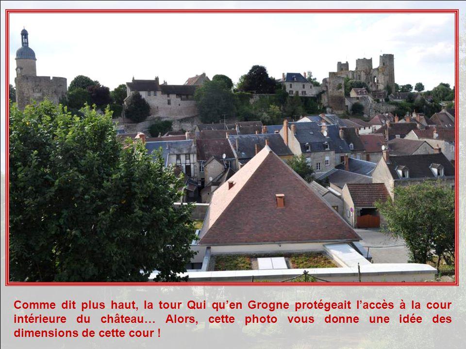 Comme dit plus haut, la tour Qui qu'en Grogne protégeait l'accès à la cour intérieure du château… Alors, cette photo vous donne une idée des dimensions de cette cour !