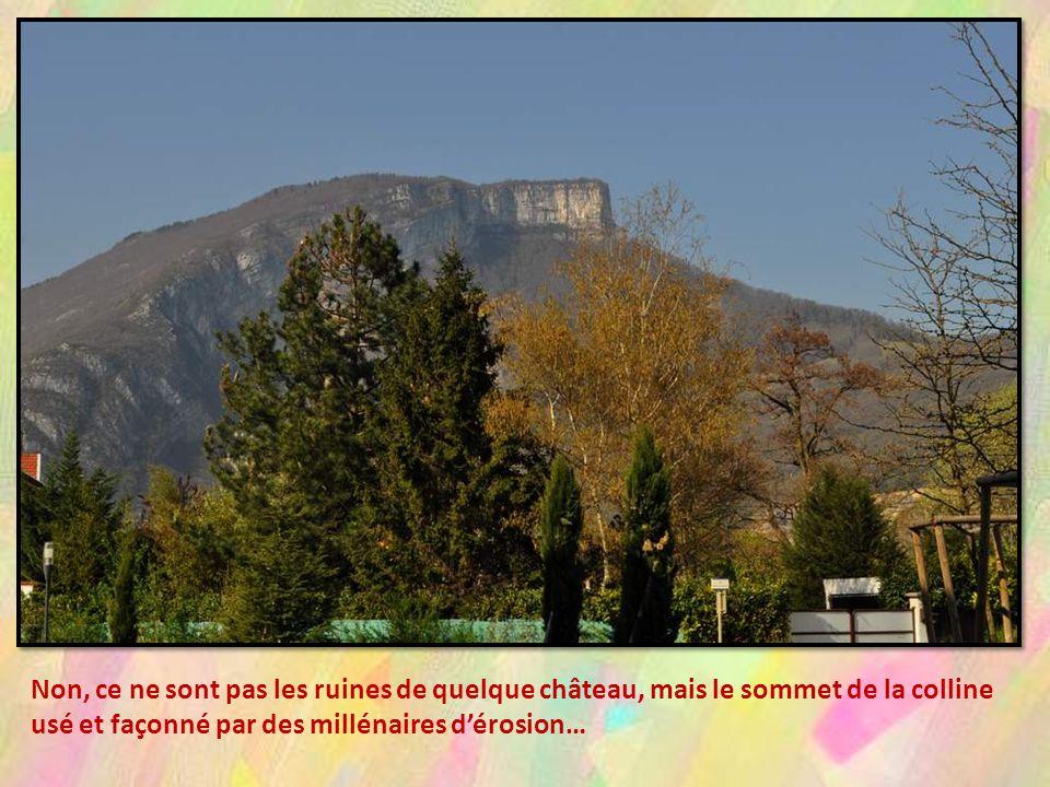 Non, ce ne sont pas les ruines de quelque château, mais le sommet de la colline usé et façonné par des millénaires d'érosion…