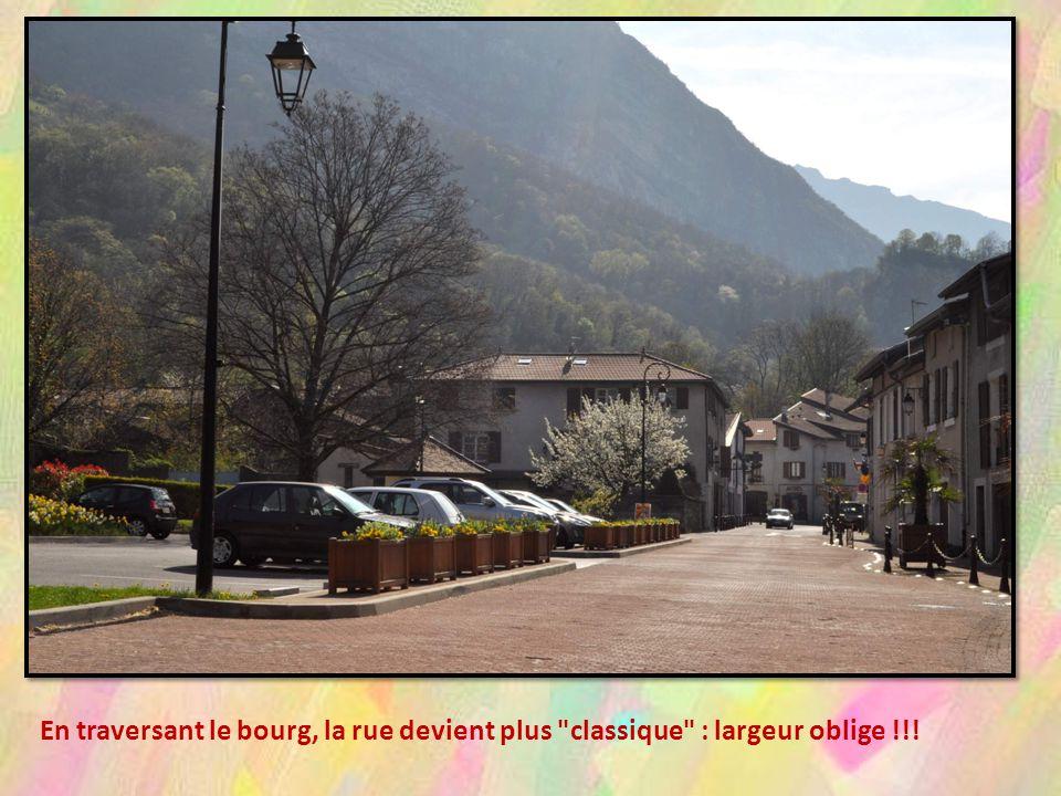 En traversant le bourg, la rue devient plus classique : largeur oblige !!!