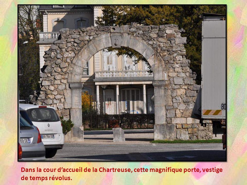 Dans la cour d'accueil de la Chartreuse, cette magnifique porte, vestige de temps révolus.