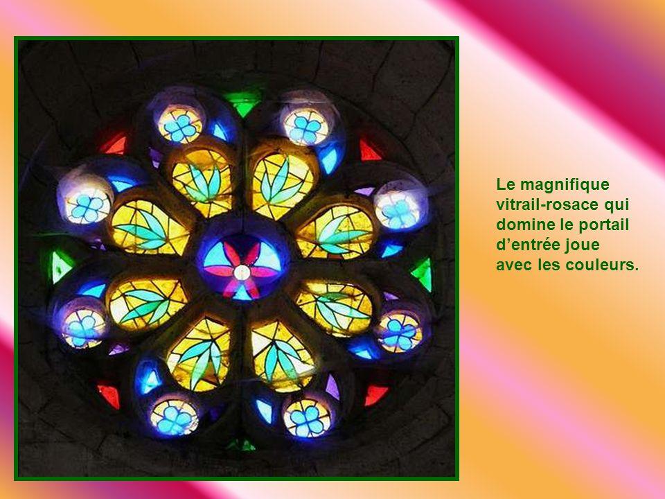 Le magnifique vitrail-rosace qui domine le portail d'entrée joue avec les couleurs.
