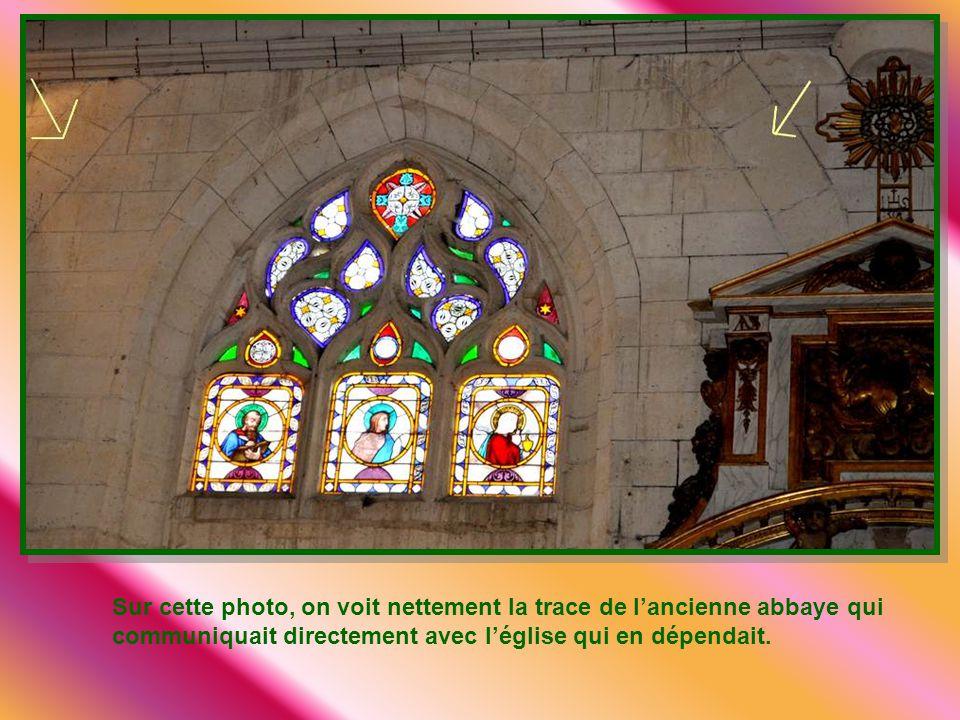 Sur cette photo, on voit nettement la trace de l'ancienne abbaye qui communiquait directement avec l'église qui en dépendait.