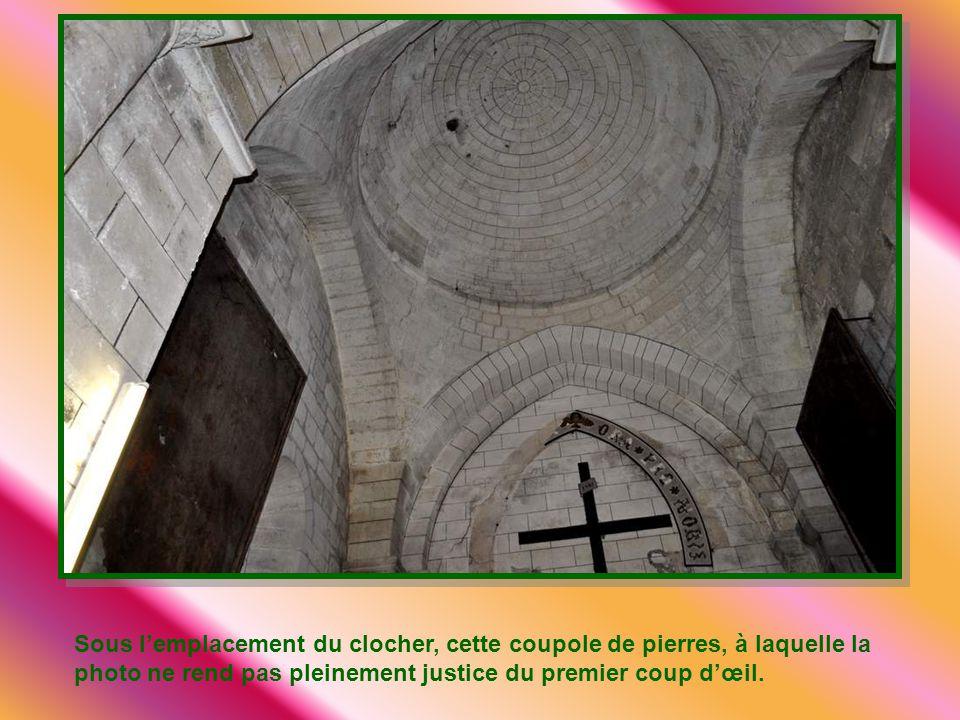 Sous l'emplacement du clocher, cette coupole de pierres, à laquelle la photo ne rend pas pleinement justice du premier coup d'œil.