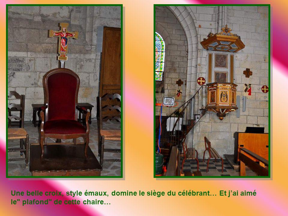 Une belle croix, style émaux, domine le siège du célébrant… Et j'ai aimé le plafond de cette chaire…