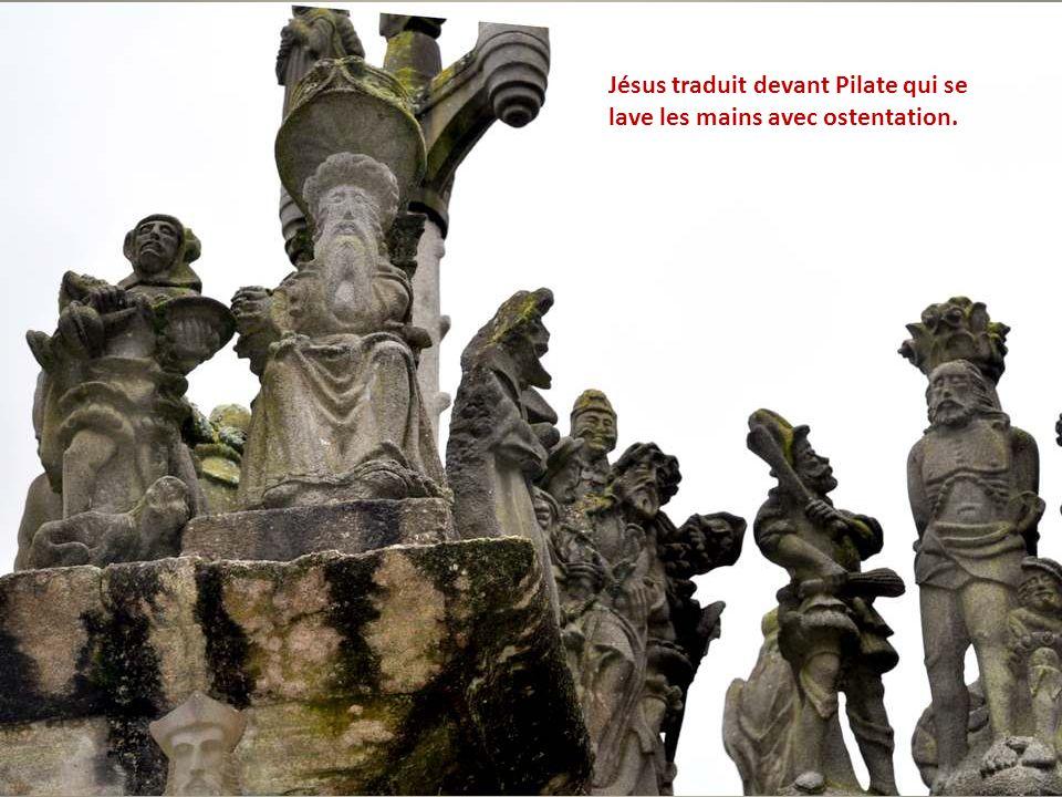 Jésus traduit devant Pilate qui se lave les mains avec ostentation.
