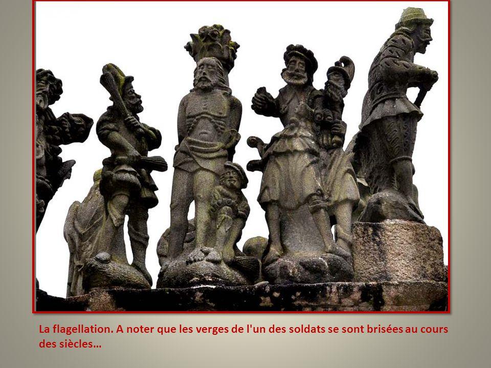 La flagellation. A noter que les verges de l un des soldats se sont brisées au cours des siècles…