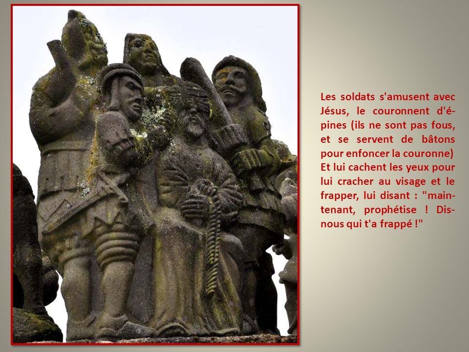 Les soldats s amusent avec Jésus, le couronnent d é-pines (ils ne sont pas fous, et se servent de bâtons pour enfoncer la couronne)