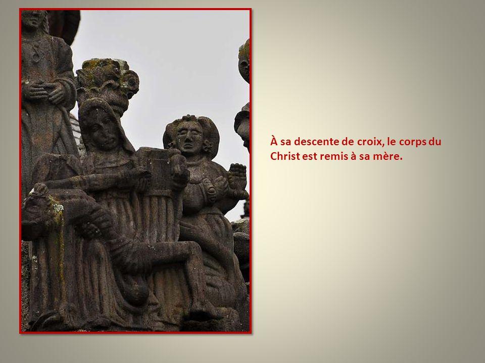 À sa descente de croix, le corps du Christ est remis à sa mère.