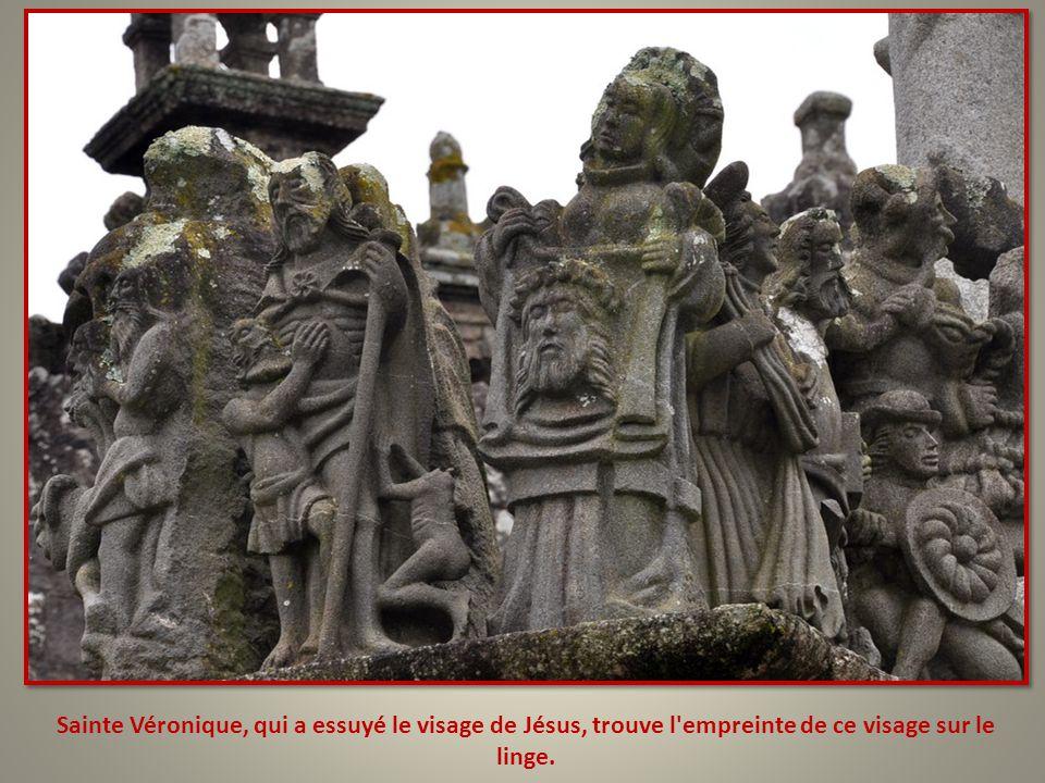 Sainte Véronique, qui a essuyé le visage de Jésus, trouve l empreinte de ce visage sur le linge.