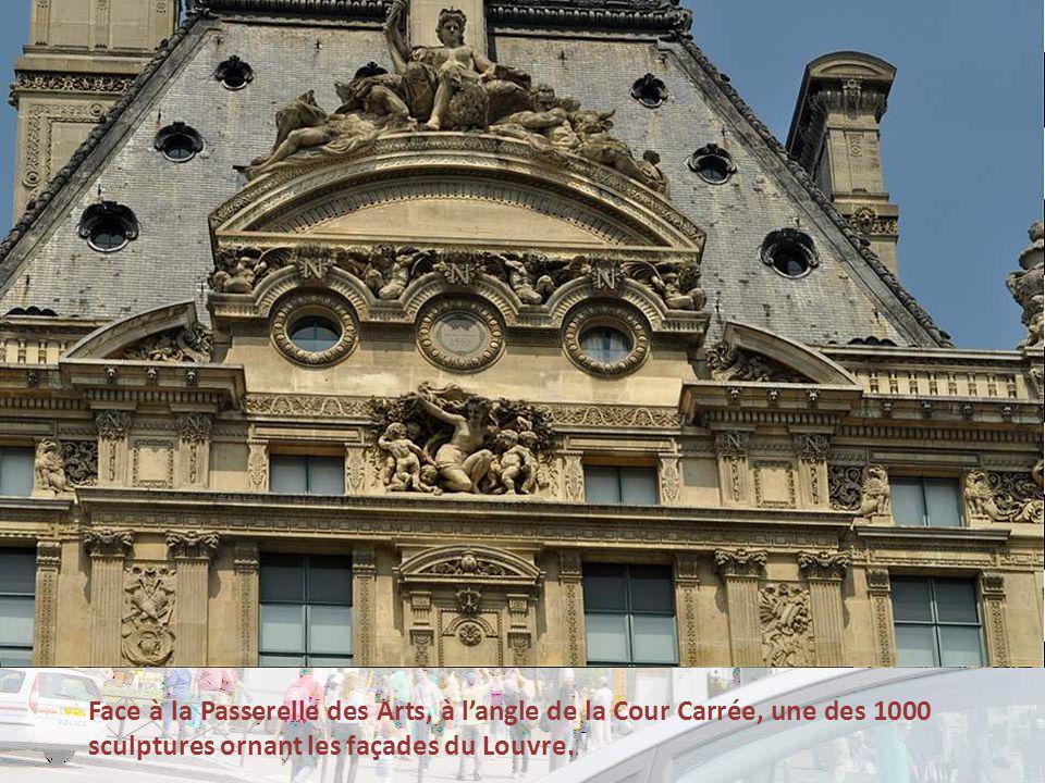 Face à la Passerelle des Arts, à l'angle de la Cour Carrée, une des 1000 sculptures ornant les façades du Louvre.
