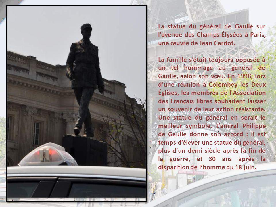 La statue du général de Gaulle sur l'avenue des Champs-Élysées à Paris, une œuvre de Jean Cardot.