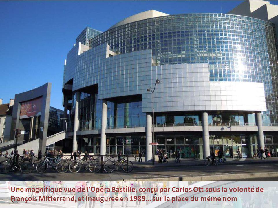 Une magnifique vue de l'Opéra Bastille, conçu par Carlos Ott sous la volonté de François Mitterrand, et inaugurée en 1989… sur la place du même nom