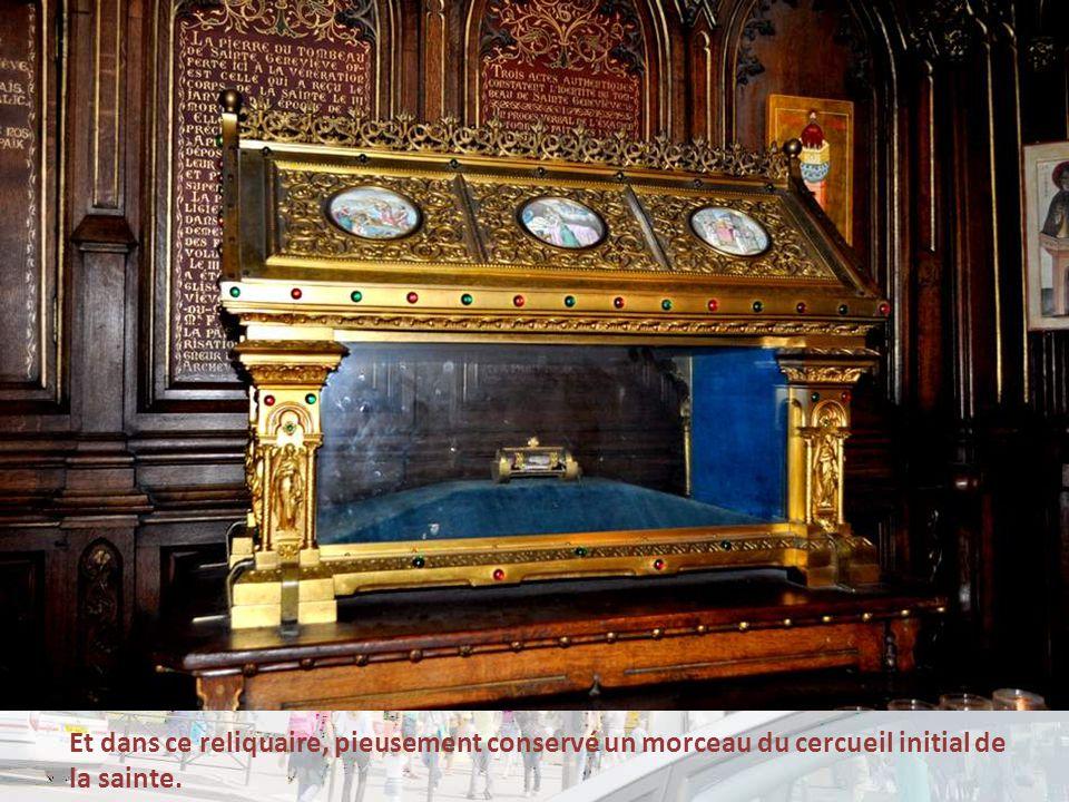 Et dans ce reliquaire, pieusement conservé un morceau du cercueil initial de la sainte.