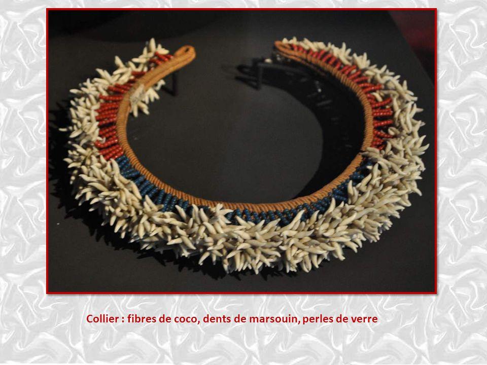 Collier : fibres de coco, dents de marsouin, perles de verre