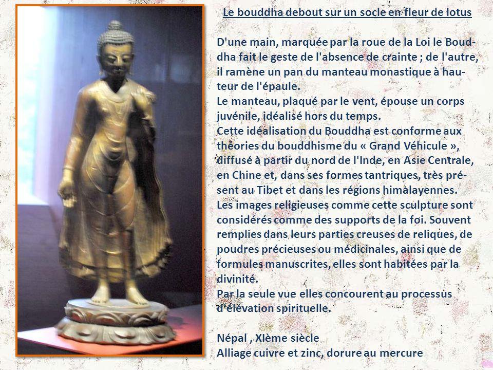 Le bouddha debout sur un socle en fleur de lotus