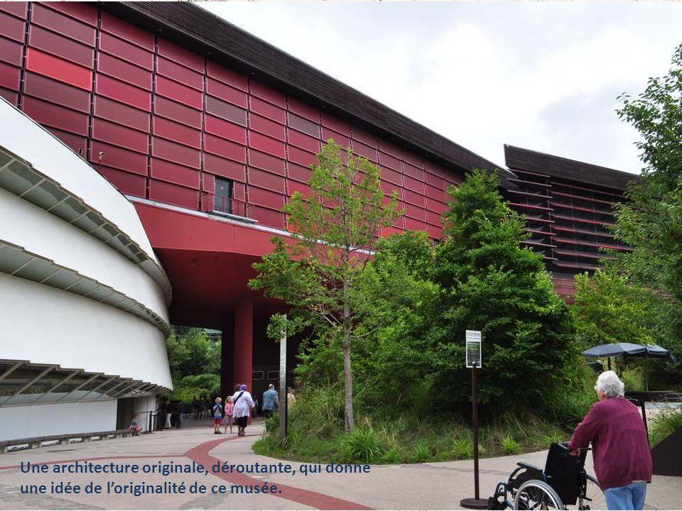 Une architecture originale, déroutante, qui donne une idée de l'originalité de ce musée.