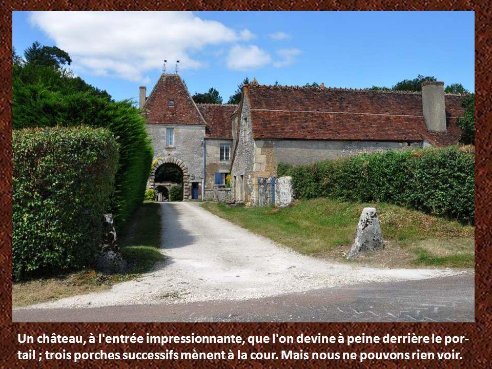 Un château, à l entrée impressionnante, que l on devine à peine derrière le por-tail ; trois porches successifs mènent à la cour.