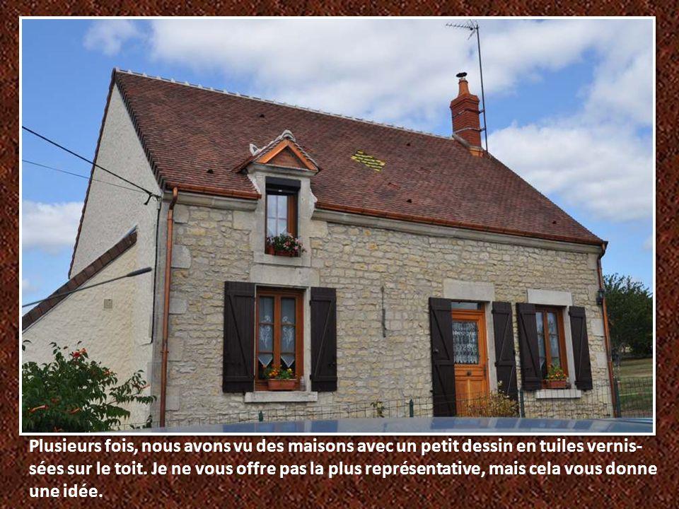 Plusieurs fois, nous avons vu des maisons avec un petit dessin en tuiles vernis-sées sur le toit.