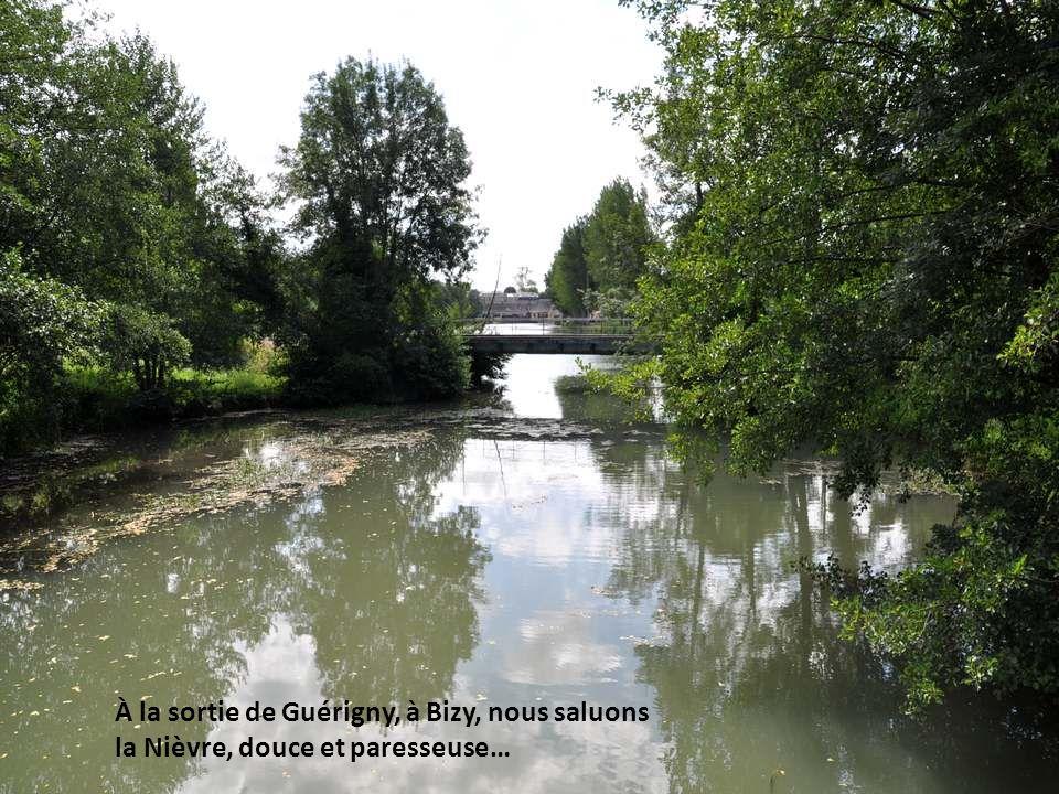 À la sortie de Guérigny, à Bizy, nous saluons la Nièvre, douce et paresseuse…