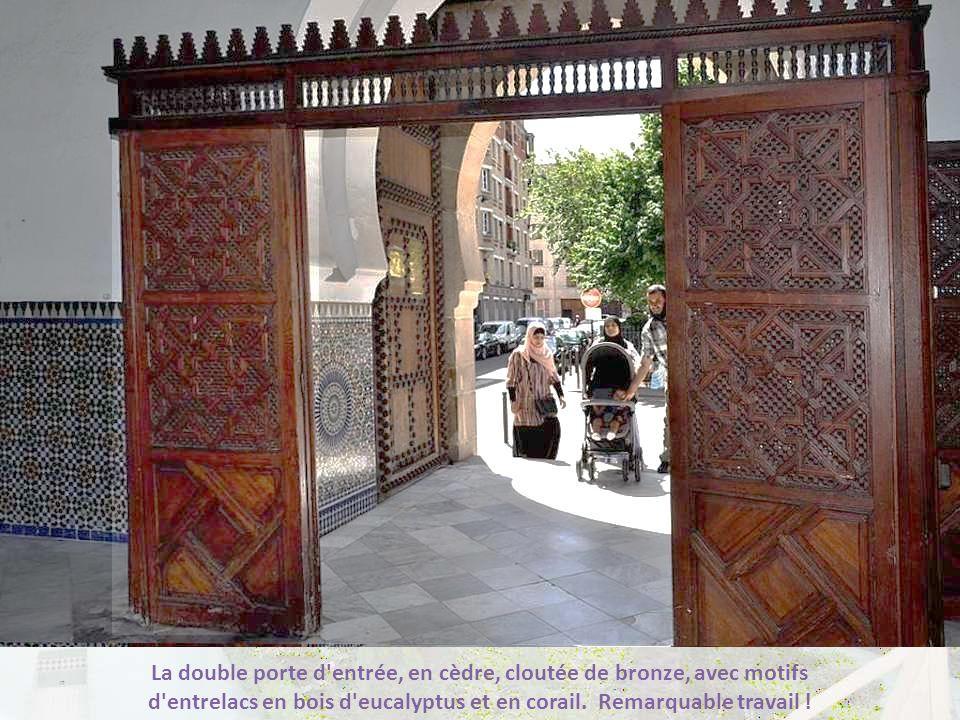 La double porte d entrée, en cèdre, cloutée de bronze, avec motifs d entrelacs en bois d eucalyptus et en corail.