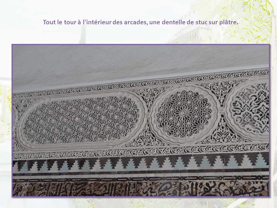 Tout le tour à l intérieur des arcades, une dentelle de stuc sur plâtre.