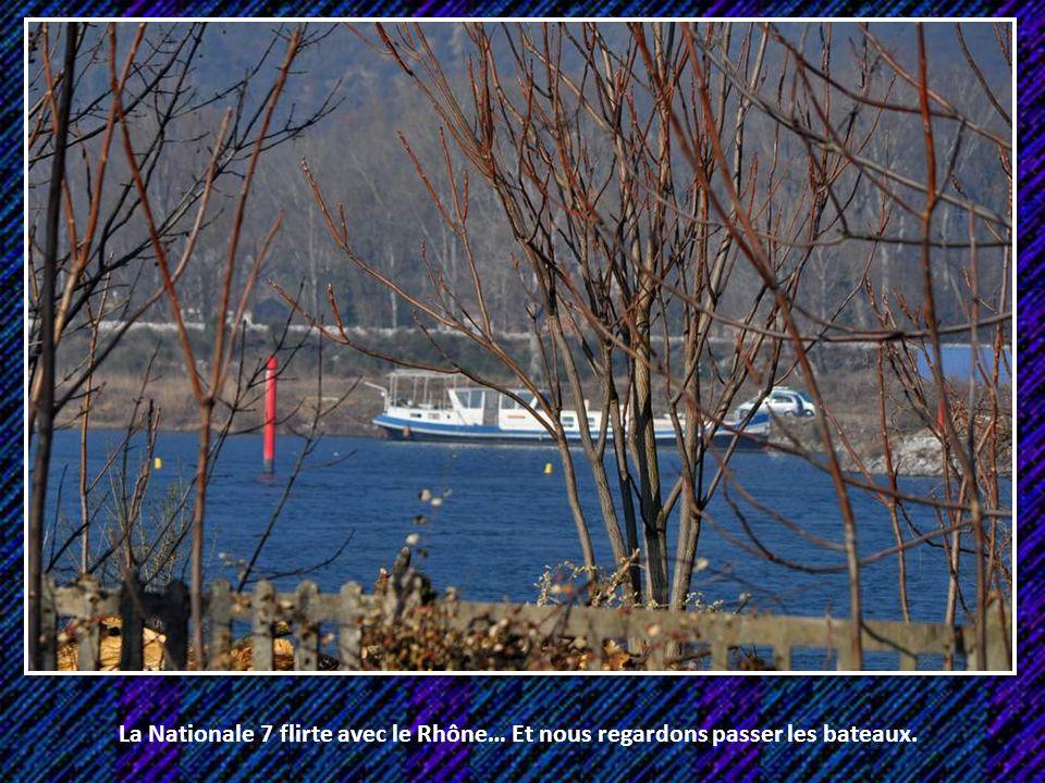 La Nationale 7 flirte avec le Rhône… Et nous regardons passer les bateaux.